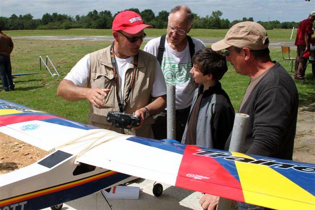 Au MAM on forme de jeune pilote sous le regard intéressé des anciens.
